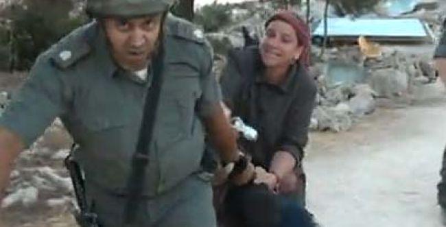 אין בושה: שוטרים גררו נער מפאותיו במהלך פינוי אלים