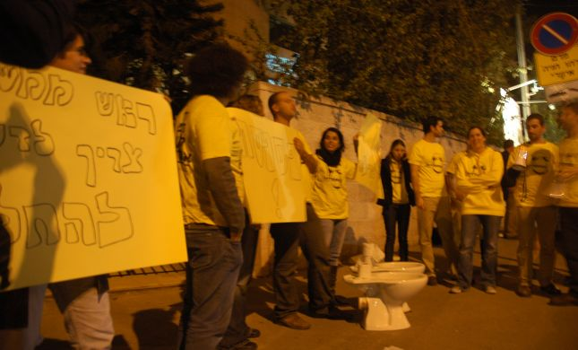 """מתנגדי חוק האברכים הביאו אסלה לרה""""מ: """"אל תפספס"""""""