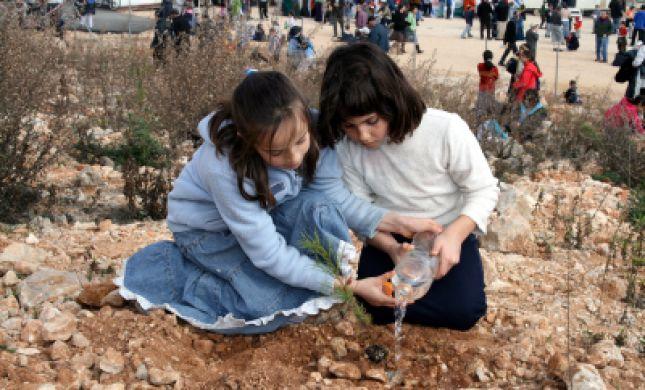 """נטיעות ב""""עזרא"""": החניכים יטעו עצים ויחלקו מזון לנזקקים"""