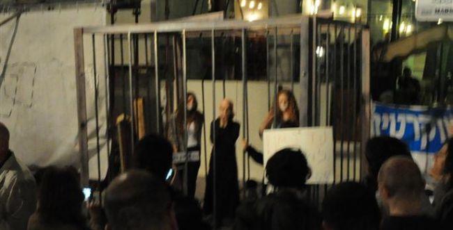 חילונים כלאו נשים בכלוב במחאה נגד הדרת נשים