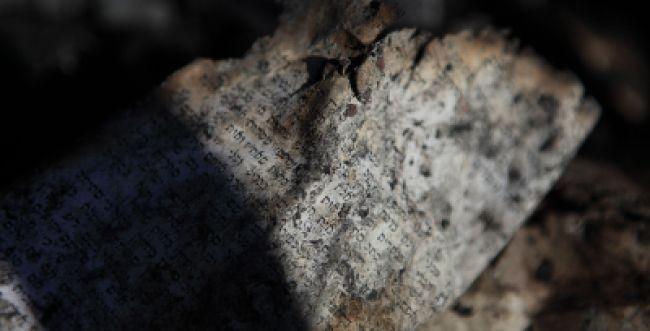 גוילים נשרפים: תמונות מלווית ספרי התורה בישוב חריש