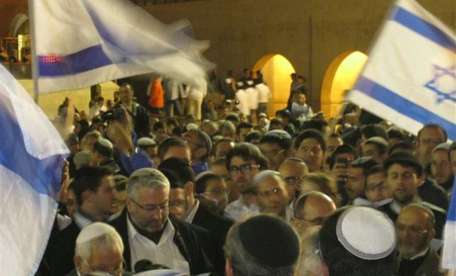 אלפים בכותל המערבי בתפילת ליל יום העצמאות