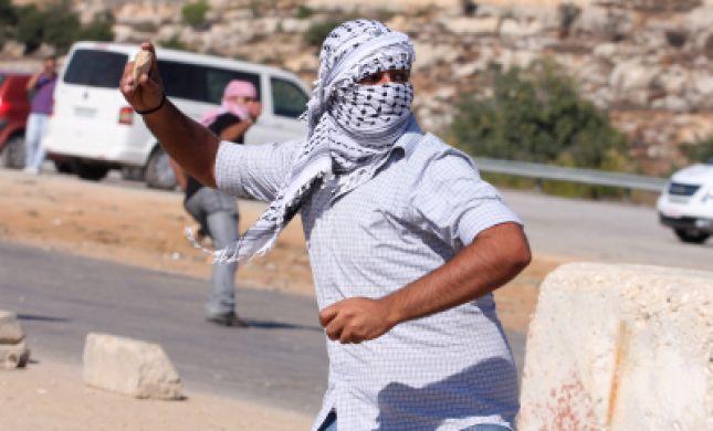 צפו: ערבי מיידה אבנים על חיילים וחוטף בפנים