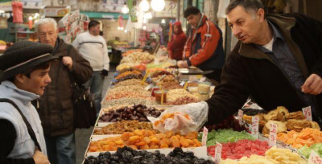 """פסק הלכה: להעדיף פירות ט""""ו בשבט של יהודים"""