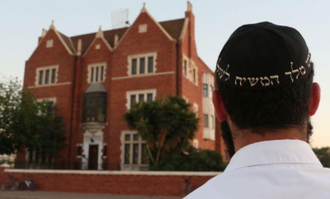 """שו""""ת סמס: האם מותר לתרום לבית חב""""ד של משחיסטים?"""