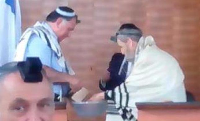 יש כבוד: ראש העיר חיפה נוטל ידיים לרב שאר ישוב כהן