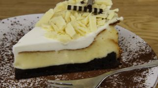 אוכלים, מתכונים חלביים שתי עוגות גבינה לחג: שוקולד וגבינה ותפוחים