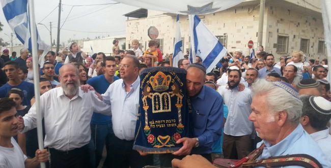 אחרי עשרים שנה: בית הכנסת השרוף חוזר לפעילות