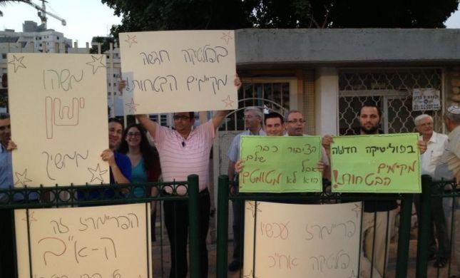 """מתפקדי הבית היהודי בפ""""ת מפגינים: רוצים פריימריז"""