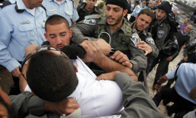 צפו: שוטרים תוקפים צעיר יהודי בכניסה לכותל