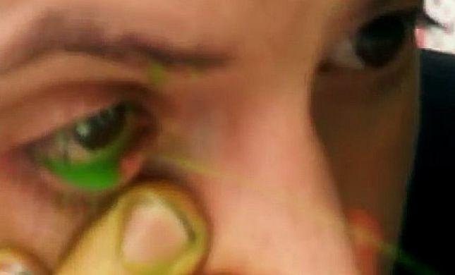 ז'אנר חדש באמנות: מתיז צבע מהעין ומצייר