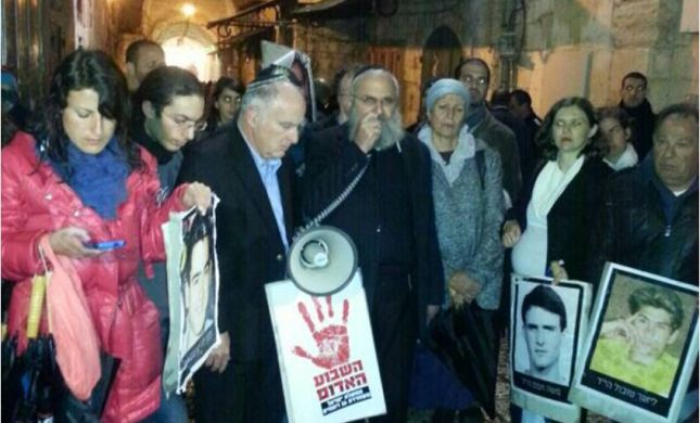 המשפחות השכולות מפגינות מול בית הרוצח