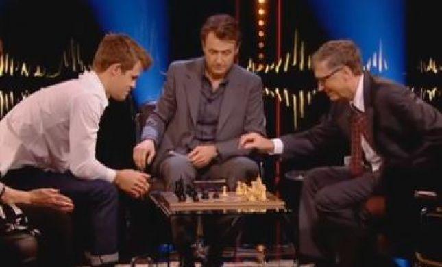 צפו: אלוף העולם בשחמט נגד האיש העשיר ביותר