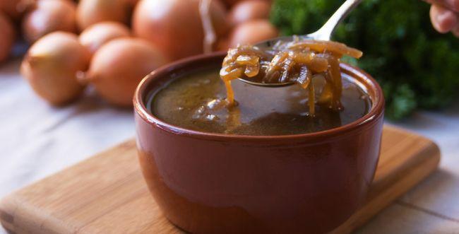 תבשיל חם ליום קר: מתכון למרק בצל וקרוטונים