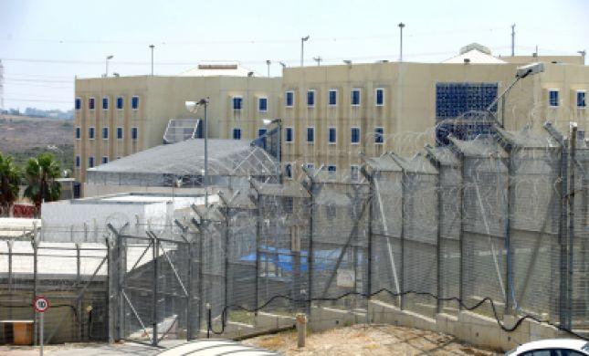 אסיר מתבצר בכלא רימונים: חשש לחיי סוהר שנורה