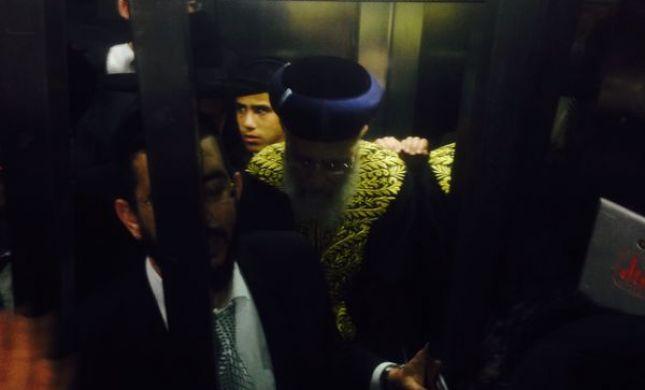 לא יודעים לספור עד 4: הרב יצחק יוסף נתקע במעלית