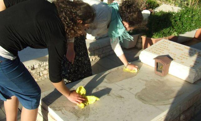 בני נוער מהישוב תלם יצאו לנקות קברי נופלים