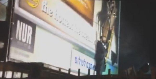 צפו: הקומנדו החרדי שורף שלטי נשים בירושלים