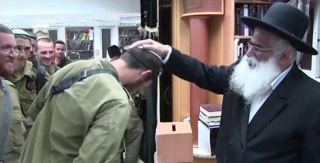 """צפו: הרב יורם אברג'ל מברך את חיילי צה""""ל"""