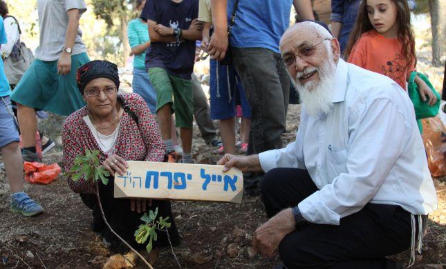 """הסבא והסבתא נטעו עץ לזכר אייל יפרח הי""""ד"""