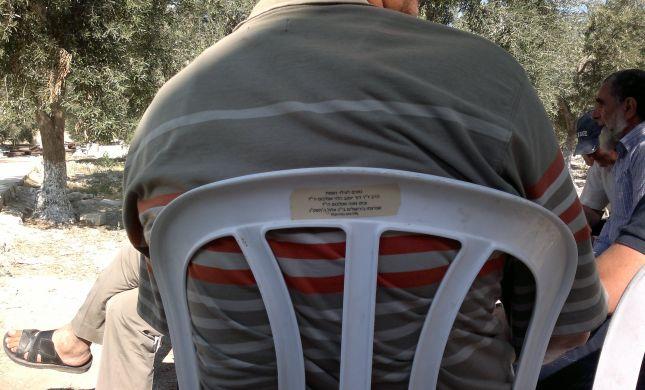 חוצפה: המקללים בהר הבית יושבים על כיסאות גנובים מהכותל