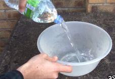 מגניב: איך לרוקן בקבוק מים בשתי שניות