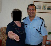 חדשות, חדשות בארץ השוטרים החזירו לניצולת השואה את תכשיטיה