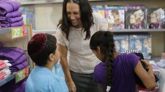 בשבילך הקרן לידידות חלקה בגדים לבית הילדים של נשות אמונה