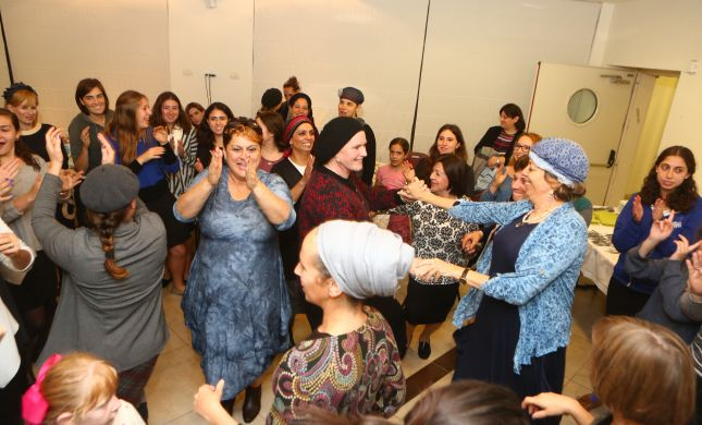 מסיבת חגיגט ל-12 נשים במדרשת לינדנבאום