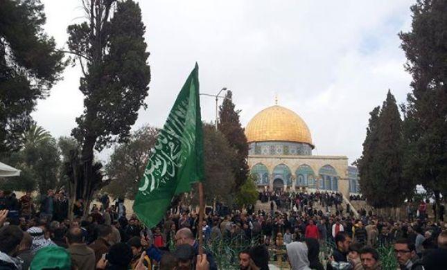 צפו: רעולי פנים השתוללו בהר הבית עם דגלי חמאס