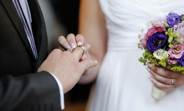 הרב בן דוד: כלה יכולה לתת טבעת לחתן תחת החופה