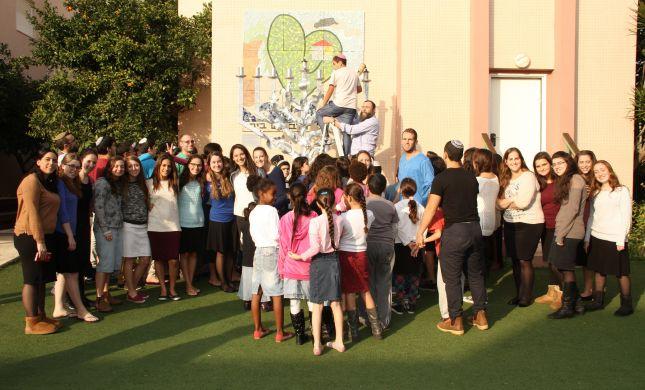 אפריקה - ישראל תרמה חנוכיית ענק לילדי אמונה