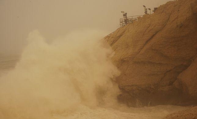 כך נראית הסערה: גלי ענק בראש הנקרה