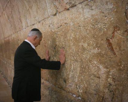 """חדשות, חדשות פוליטי מדיני בדרך לארה""""ב: נתניהו התפלל בכותל המערבי"""