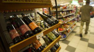 """שו""""ת שו""""ת: האם נשים מצוות בשתיית יין בפורים?"""