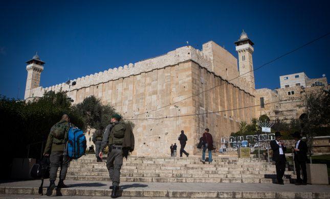 תפילת יום ירושלים מחוץ למערת המכפלה. בושה