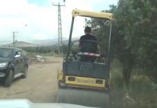 השוטרים נדהמו: ילד בן 11 נוהג על מכבש כבד