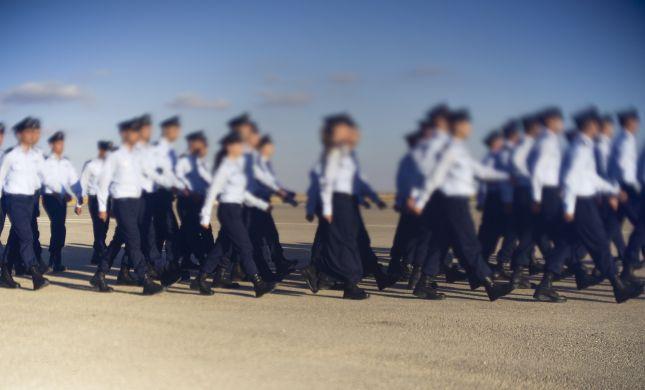 נווטת דתייה במסדר הסיום של קורס טיס