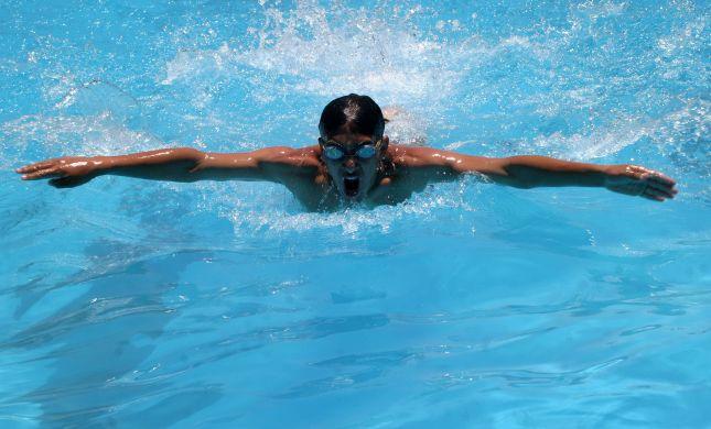 """שו""""ת: האם בריכת שחיה מועילה לטבילת גבר?"""