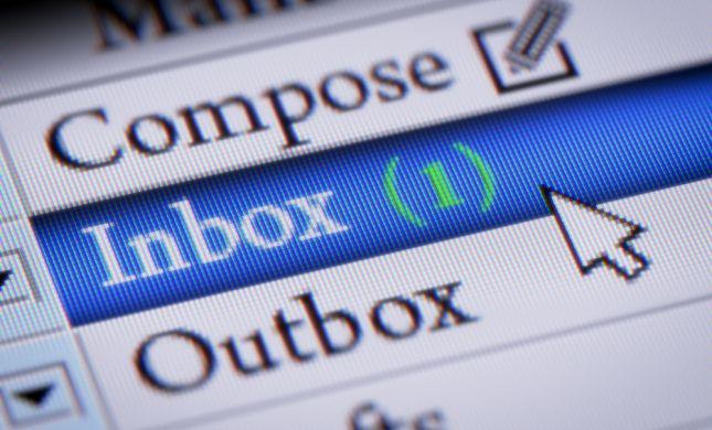 האם מותר לקרוא הודעות אימייל בחול המועד?