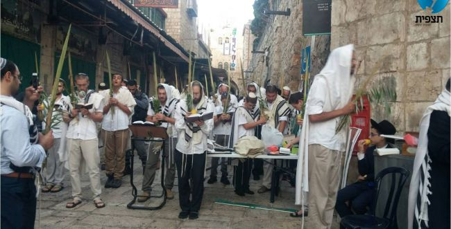 עשרות יהודים הגיעו לתפילת שחרית במקום הרצח