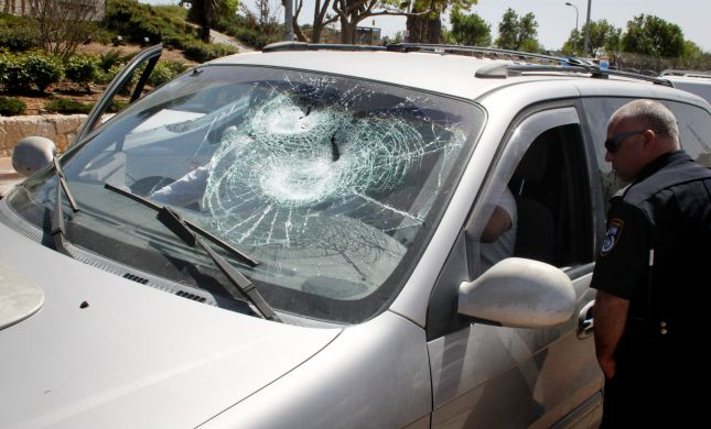 הרב אבינר: אין חובה למגן את כלי רכב נגד אבנים