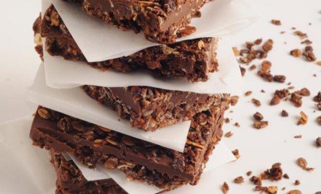 מתוק ומפנק: חיתוכיות גרנולה שוקולד ובוטנים