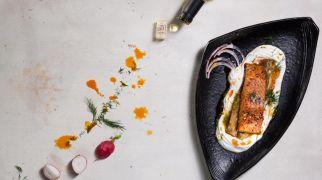 אוכלים, מתכונים חלביים מנה ראשונה: פילה סלמון עם חציל ולבנה