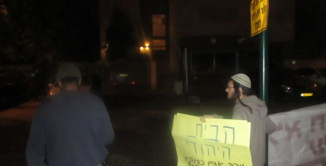 """המפגינים המתינו לבנט בביתו: """"בן גביר צדק""""; צפו"""
