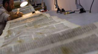 """יהדות, על סדר היום נתגלה ספר תורה עתיק: התימנים וחב""""ד צדקו"""