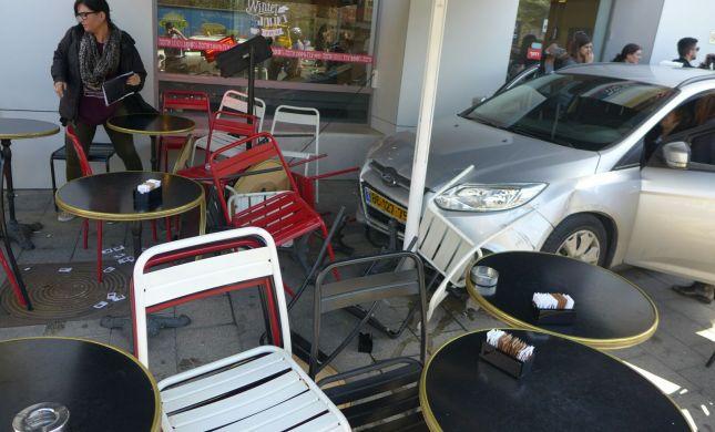 """""""חשבו שזה פיגוע"""": מכונית נכנסה לבית קפה"""
