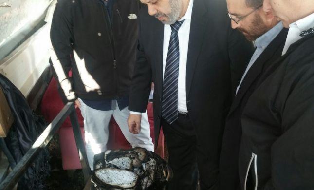 """שר הדתות בבית הכנסת השרוף: """"נבנה בית כנסת קבע"""""""