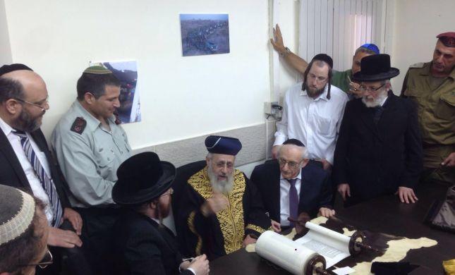 """הרב יוסף התכבד בהכנסת ס""""ת לחטיבת הקומנדו"""