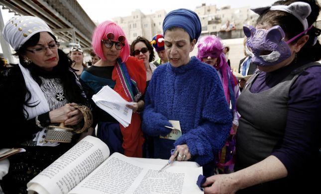 """נשים שקוראות מגילה לא יברכו """"על מקרא מגילה""""?"""